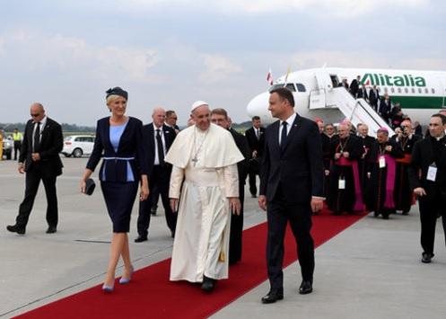 Papa Francisco já chegou à Polônia para JMJ